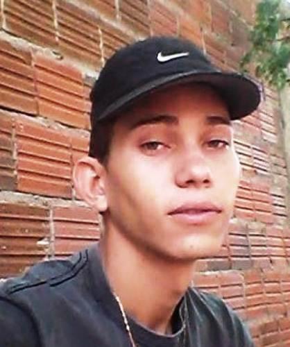 Joab Nogueira de Araújo morreu no hospital com uma cutilada de faca no peito.